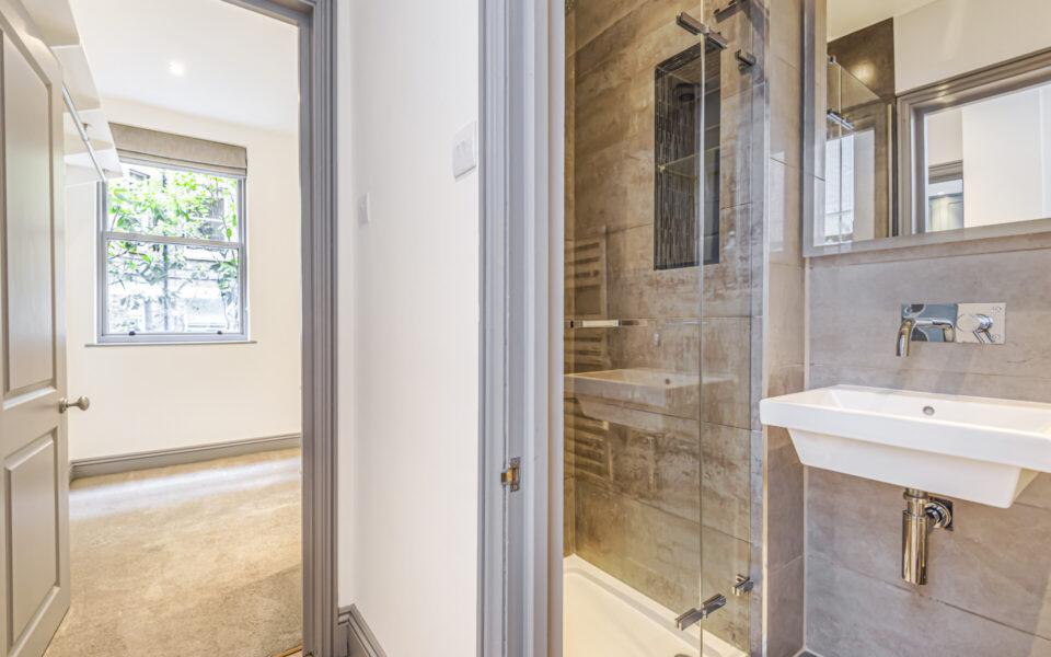 3 Bed flat to let in Kensington - Shower Room